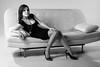 Jolie femme posant détendue sur un canapé.