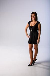 Jolie brunette portant une robe noire élégante.