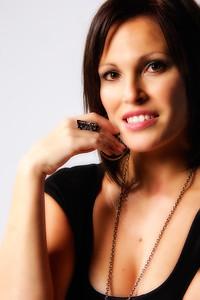 Belle femme souriante portant bijoux.