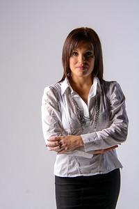 Belle jeune femme en chemisier blanc et jupe noire