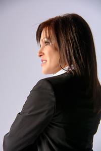 Profil d'une jolie brunette.