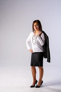 Femme en jupe noire classique.
