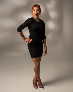 Jeune femme asiatique en robe noire.