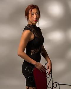Modèle asiatique en robe chic.