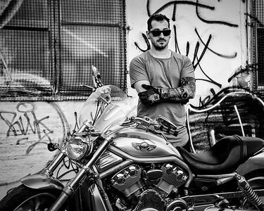 Jeune homme avec moto.