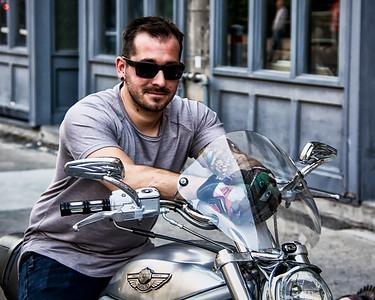 Jeune homme avec Harley-Davidson.