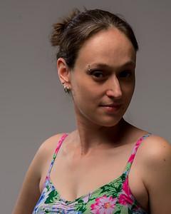 Jeune femme posant en studio.