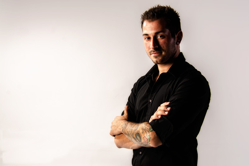 Portrait d'un jeune homme tatoué.
