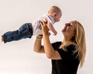 Portrait d'une jeune maman avec sin fils.