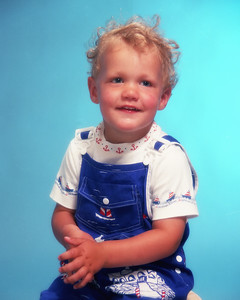 Petit garçon blond charmant.