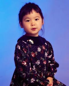 Petite fille asiatique en studio.
