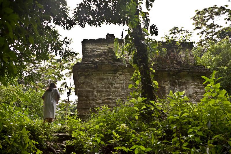 Ce site de Ruines Mayas, se trouvent dans la forêt tropicale Lacandone et est toujours préservé par les Indiens Lacandons. Ils défendent leur droit de laisser en état, aussi bien ce site sacré que leur forêt.