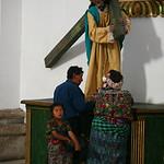 Couple d'Indiens Mayas avec leur petite fille, se recueillant dans l'église du Zocalo de la ville d'Antigua, au Guatémala.