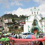Eglise de Chamula avec le marché au tout premier plan.
