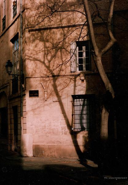 Photo argentique couleur dans les ruelles de Montpellier sur pellicule 35mm périmée