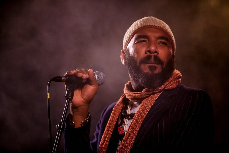Anthony Joseph, entre poésie et groove  D'abord poète et romancier, le londonien Anthony Joseph, né à Port Of Spain (Trinité-et-Tobago), apporte une importante contribution à la littérature britannique contemporaine avec ses recueils de poésie : Desafinado (1994), Teragaton (1997), Bird Head Son (2009) and Rubber Orchestras (2011). Sa première nouvelle, The African Origins of UFOs, est publiée en novembre 2006.  L'artiste enregistre avec son groupe The Spasm Band son premier album Leggo de Lion en 2007. S'en suit un second, Bird Head Son, dès 2009. En 2011, Anthony Joseph sort conjointement son 4ème recueil de poèmes Rubber Orchestras et un troisième album du même nom : une fusion jubilatoire de soul, de funk, de rock ou encore d'afro beat.  Le 5ème album et premier solo du travail du musicien et chanteur est publié en février 2013. L'album, baptisé Time, est produit par la bassiste et chanteuse new-yorkaise Meshell Ndegeocello. Le résultat est un kaléidoscope musical : des couleurs imprégnées d'un décor jazz, parfois psychédélique, parfois rock, d'un « jam funk » irrésistible – façon Sly Stone – ou encore de « rapso », ce mélange rap et calypso très en vogue à Trinidad.