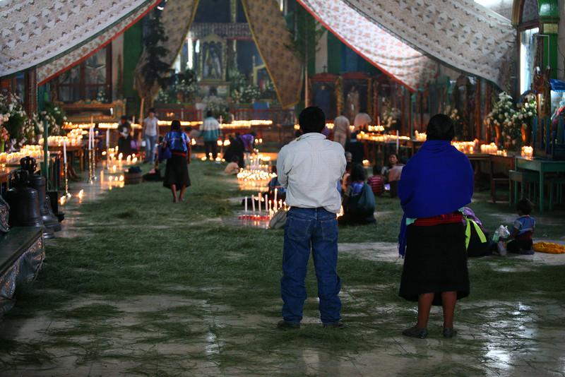 Intérieur de l'église de Chamula, peit village prôche de San Cristobal de las Casas. Ici pas de bancs mais des épines de pins posées sur le marbre. Les Indiens Chamulas viennent déposer des nombreuses peties bougies, avant de commencer leurs incantations.