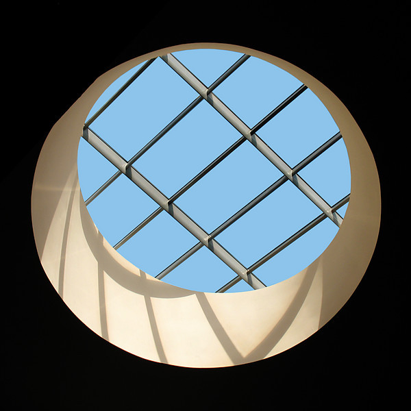 "<p><font size=""4"">Le ciel est bleu à travers les barreaux</font></p> <p><font size=""1"">  The sky is blue through the bars</font></p>"
