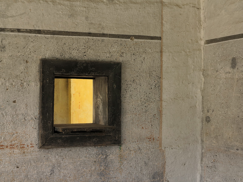 "<p><font size=""4"">Le passe-lumière</font></p> <p><font size=""1"">The serving light <br> </font></p><p><font size=""1""><font size=""2"">Abandoned place</font></font></p>"