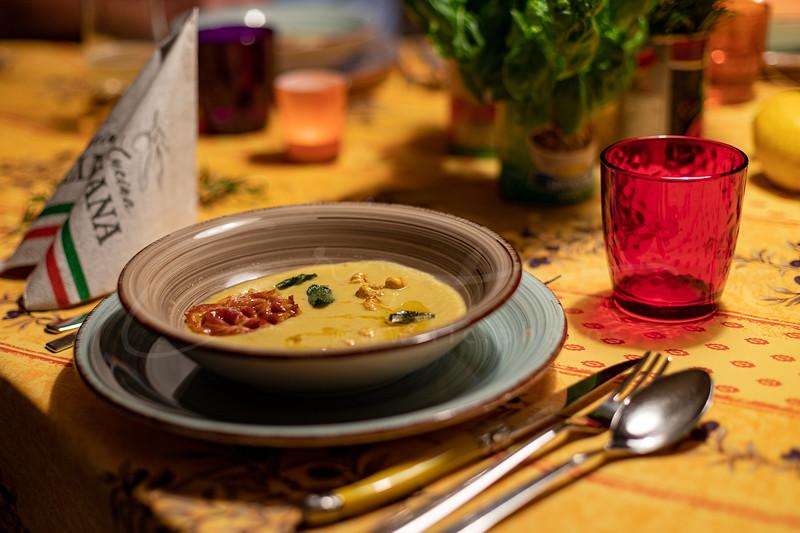 Soupe de pois chiches à la sauge avec une tranche de panchetta   Chickpea soup with panchetta and sage