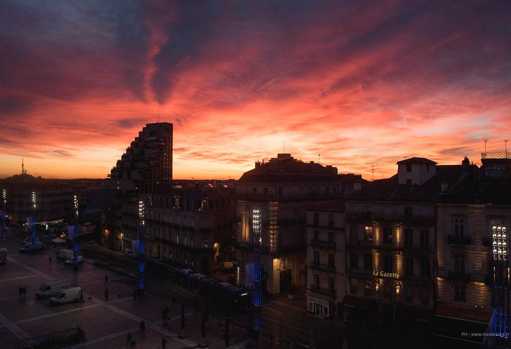 Lever de soleil sur la Place de la Comédie à Montpellier