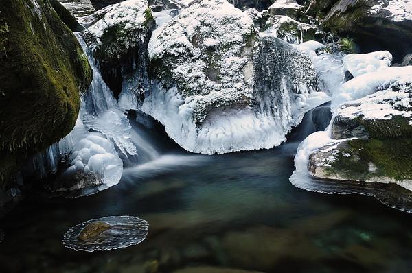 Toujours cette fascination pour la glace et les formes que prennent chaque goutte d'eau en gelant, formant souvent des structures complexes.<br /> <br /> Copyright : Ambre de l'AlPe