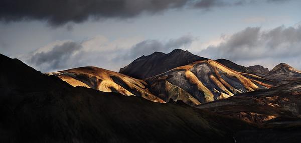 Islande ..<br /> <br /> Landmannalaugar; avant la tempête de neige! Nous avançons entre les monts ocres et la neige (toujours noire) , entre les sources fumantes (qui sentent l'oeuf moisi) et les tas de mousse verte fluo. <br /> On ne décrira jamais assez ce monde étrange.<br /> <br /> Copyright : Ambre de l'AlPe