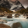 Retour en Patagonie ...<br /> <br /> Le matin du 3ème jour dans le parc des Torres del Paine. On est arrivé la nuit, la veille... on ne voyait rien du paysage qui nous entourait. (Et de toute façon, on aurait été trop épuisé pour y prêter attention). J'ai eu la surprise de découvrir cette montagne énorme en sortant de la tente et des bois clairsemés ou on l'avait planté... <br /> <br /> Du coup, j'ai tenté plein d'essais, à moitié dans le torrent; mais pas assez pour qu'il n'y ait aucune pierre au premier plan malheureusement. Le ciel était tout blanc, pas très inspirant, jusqu'à ce que les nuages s'ouvrent quelques minutes, laissant filtrer cette lumière étrange .....<br /> <br /> Copyright : Ambre de l'AlPe