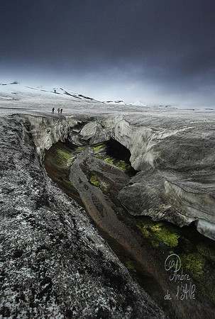"""Sur la Neige Brûlante...<br /> <br /> Islande, 4ème jour de trek ... On marche dans un désert de neige noire saupoudré de nouvelle neige blanche et parsemé de cratères fumants au fond desquels coule un peu d'eau à l'odeur douteuse autour de touffes de mousse vert fluo. ... Normal.<br /> <br /> Sylvain est d'ailleurs à moitié passé dans une crevasse au bord de ce """"trou"""" en mettant un pied ou il ne fallait pas.<br /> <br /> Copyright : Ambre de l'AlPe"""