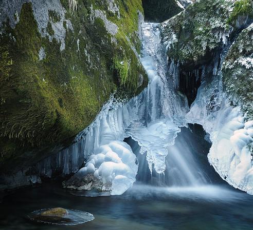 J'aime beaucoup les sculptures de glace.<br /> Ici entre les rochers moussus ...<br /> <br /> C'est très étrange , à la fois agréable et inquiétant d'être dans ces endroits et d'entendre ... juste le silence, en fait. Et parfois le clapotis de l'eau, et au loin des avalanches ou des cailloux qui dévalent les pentes, libérés de leur écrin de glace.<br /> <br /> Copyright : Ambre de l'AlPe