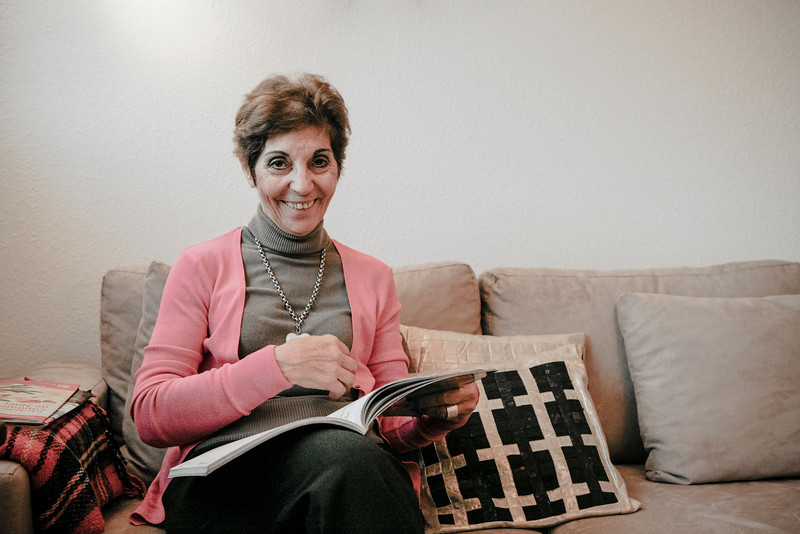 """LUCIA LEVERT DU PORTUGAL : Lucia Levert en retraite active Par monts et par Vosges, elle parcourait dans sa petite voiture les routes de Strasbourg à Contrexéville pour enseigner la langue et la culture portugaises aux enfants. Par amour et par passion, elle a toujours adoré faire partager sa lusophilie, auprès des jeunes bien sûr, mais aussi auprès de toutes celles et de tous ceux qu'elle a pu croiser dans sa vie, en 37 ans de présence sur le sol alsacien. Elle était venue pour deux ans ! Lucia Levert s'intéresse au monde, milite pour les droits de l'homme un peu partout sur la planète. Elle aime tout dans cette ville de Strasbourg. Dans sa maison où elle a vécu plus de trente ans et qu'elle a dû quitter en 2011, elle pouvait savourer les framboises, les groseilles, les cassis, les pommes... """"Mais je suis trop bavarde, non ?"""""""
