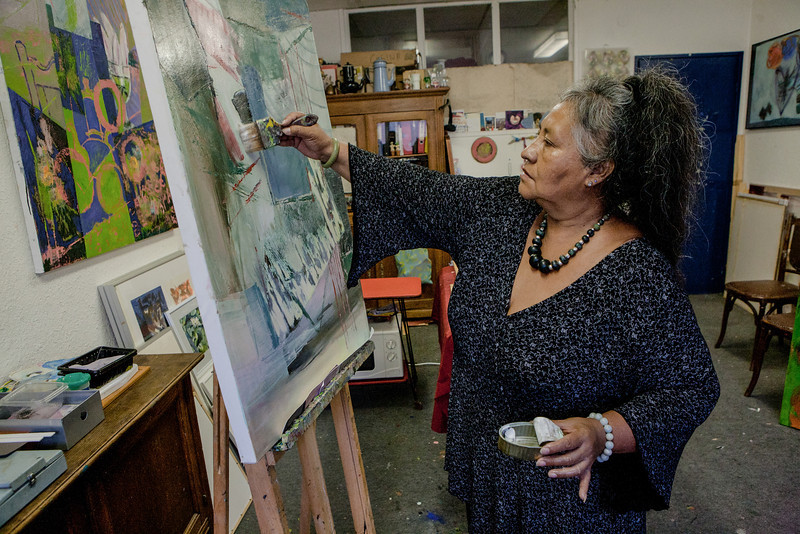"""LUCIA REYES DU MEXIQUE : Lucia Reyes, fleur de cactus Qui déambule dans les allées du Jardin Botanique ? Une artiste. Elle hume les couleurs et s'éblouit des parfums. Elle seule sait voir la brise qui se pose sur les roses, le corps qui dort écorché au milieu des pétales. """"Je veux réaliser des oeuvres indépendantes d'un lieu"""" dit Lucia Reyes. Mais il est des lieux qui font du lien. """"La serre du Jardin Botanique, c'est le coeur de Strasbourg. C'est d'une grande beauté."""" Bien loin de Coyoacan (Mexique), Lucia Reyes s'étonne que son mari n'ait pas appelé son fils Hans mais Tlaloc, comme le dieu aztèque de la fertilité. L'artiste strasbourgeoise veut réaliser une oeuvre de lumières sur les fleurs du Jardin Botanique. Quand arrive l'hiver, Lucia Reyes se sent comme les roses: """"Je suis en train de disparaître"""". Mais il y a une vie après l'amor."""