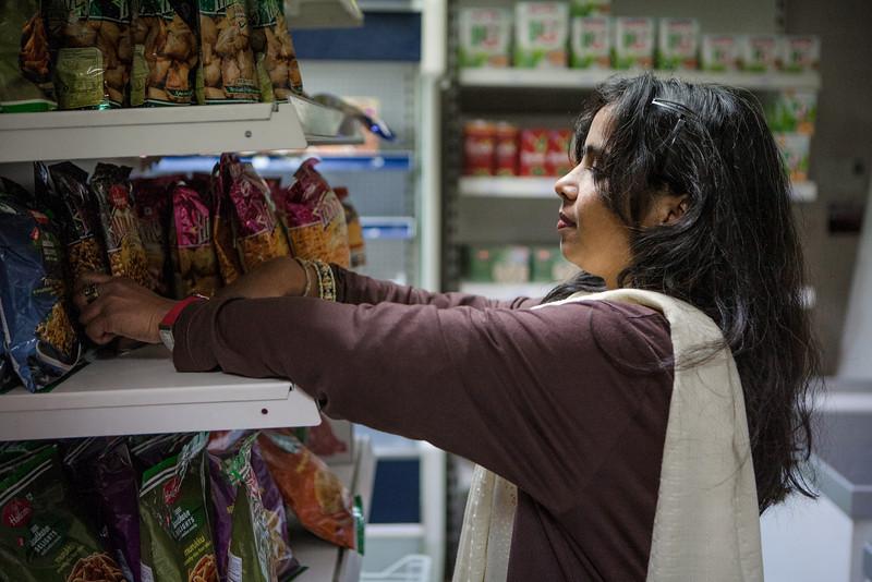 """RAMANY DORE D'INDE : Ramany Doré au parfum d'humanité Quand s'ouvre la porte du magasin Indian Bazar, ce ne sont pas des clients qui entrent, ce sont des amis. Ramany Doré n'aime pas dire """"clients"""". Les """"amis"""" qui franchissent le pas de la porte entrent dans un univers de parfums, d'épices, de produits d'art et d'artisanat. C'est tout l'univers indien qui baigne dans ce petit """"bazar""""  un peu perdu dans la ville, loin des circuits touristiques traditionnels. Ramany prend le visiteur par la main, ou presque, pour lui faire partager son infini bonheur d'être là. Ramany partage sa joie de vivre autour d'elle, dans cette ville de Strasbourg qu'elle aime car elle est si multiculturelle, si humaniste aussi, si apaisée, tout comme elle."""