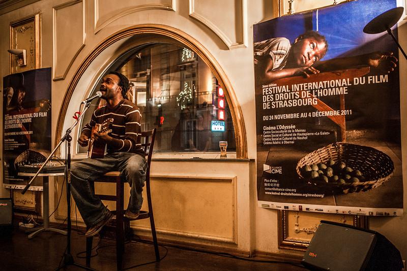 """LANDRY BIABA DU CAMEROUN : Landry Mbiaba, un génie du son Ce qu'il voit, ce qu'il sent, ce qu'il touche devient du son, du rythme, de la mélodie, de la musique. Ce qu'il aime, ce qu'il  respire, ce qu'il vit devient du partage, de la rencontre, de l'amour. """"Je me sens moi lorsque je joue."""" La musique transcende les frontières. Par les arts  de la scène, la musique, le chant, le conte, le théâtre, Landry Mbiaba se rapproche de ses racines bamiléké mais en cultivant toujours les métissages et le dialogue des cultures, la fusion, en balayant tous les clichés que l'on peut avoir sur l'Afrique. A Douala, il avait décidé de faire de la musique sa profession. A Strasbourg, il s'est mieux armé pour affronter le  monde du spectacle mais il retient surtout une chose: """"Ici, j'ai fait beaucoup de belles rencontres."""""""