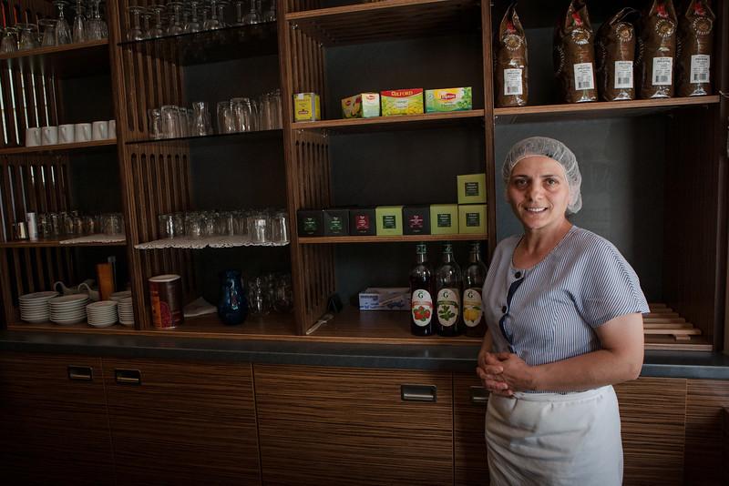 HURIYE SIMSEK DE TURQUIE : Huriye Şimşek ouvre toujours sa porte Ce salon de thé, Huriye l'avait rêvé depuis longtemps. Après avoir travaillé auprès d'enfants handicapés, elle a été femme de service à l'Institut du Travail puis dans une entreprise de Marlenheim et une autre du bassin des pétroles, s'est occupée d'une mamie alsacienne, tout en assurant la meilleure éducation à ses trois enfants : « « Je suis forte de caractère et puis je suis une créatrice dans ma tête ». La porte de son commerce (La petite Gourmandise) est toujours ouverte.