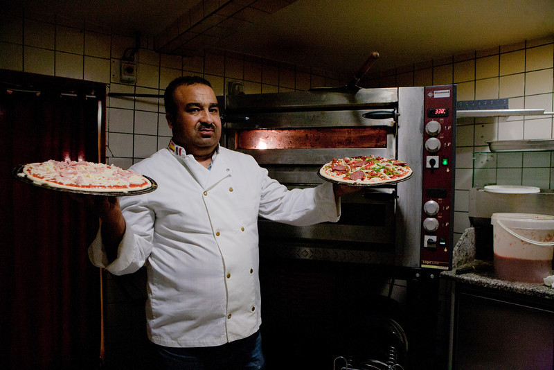 YOUSSEF  CHABOU D'ALGÉRIE : Youssef Chabou de la lune au soleil Le secret d'une bonne pizza, c'est le basilic et l'origan. Frais bien sûr ! Mais pour cela, il faut connaître Nino, le fournisseur des meilleurs produits italiens à Strasbourg. Cela tombe bien pour Youssef, Nino est son ami et dans sa pizzeria de la rue des Bouchers, il peut offrir à ses clients, souvent des habitués du quartier, les pizzas faites maison, de ses propres mains, avec les ingrédients directement importés du sud de l'Italie. Il faut dire que Youssef Chabou est le plus italien des Algériens ou le plus algérien des Italiens. Le plus alsacien aussi.