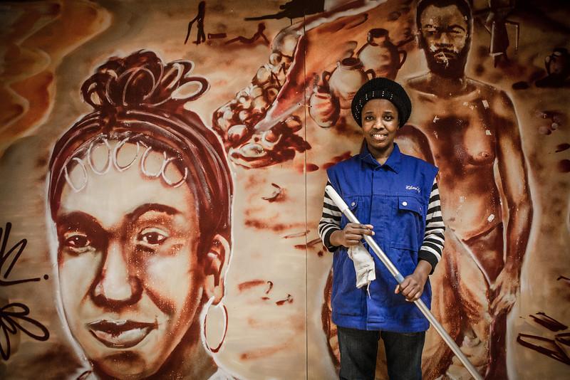 SELAM GIRMA D'ETHIOPIE : Selam Girma et les bonheurs attendus Addis Abeba – Paris – Strasbourg ou l'itinéraire d'un exil. La nécessité de reconstruire après l'obligation de fuir. Quitter un pays qui lui refuse le droit simplement d'être libre, libre d'appartenir à une minorité et libre de le dire. La fille de Selam Girma, née  cet été 2012, sera strasbourgeoise, elle sera française. Parlera-t-elle l'amharique ? Grandira-t-elle à la Maille Carine à Hautepierre ? Pour le moment, Selam Girma a quitté son emploi de femme de ménage à Elsau'net parce qu'après deux ans, il faut laisser la place à d'autres. Elle attend d'heureux événements, sa fille, la nationalité, un travail durable, son bonheur en Alsace.