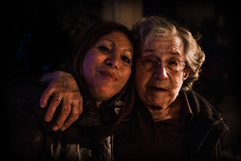 """NORA TAOUTAOU D'ALGÉRIE : L'histoire de Nora  Des racines et des ailes ! Les racines de Nora sont quelque part dans cette famille de dix enfants des environs de Jijel (Algérie), peuple des Taoutaou. Elle raconte les croyances populaires et cette proximité avec la nature qui, aujourd'hui encore, la rend si sensible aux odeurs, à la lumière. Les ailes de Nora, ce sont tous ses projets et tous les objectifs qu'elle se fixe et tient toujours. S'investir à fond dans son métier d'infirmière libérale. Vivre. Profiter de sa belle maison villageoise. Inviter toutes les voisines. Danser sur des musiques orientales aussi bien que françaises. Nora  Taoutaou, un jour, écrira son histoire: l'histoire de Nora. Elle racontera la petite Cendrillon de Cernay (Haut-Rhin), """"la petite Arabe"""" qui aimait tant sa liberté."""