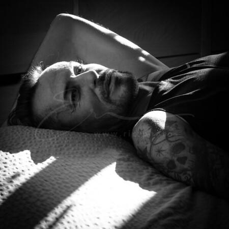 allongé sur le lit | stretched out on bed