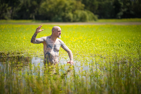 un mec dans le lac   a man in the lake