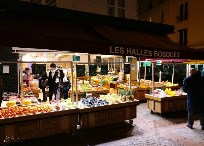 en décembre 2017 dans la rue Cler au 7e à Paris