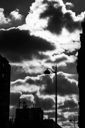 La lumière de rue devant les nuages