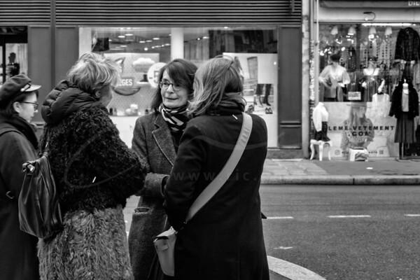 parlant dans la rue | talking on the street.