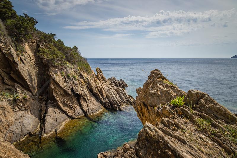 la piscine naturelle à côté de la plage des Grotttes