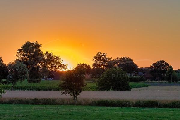 le coucher du soleil en campagne