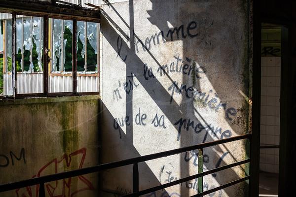 un graffiti à l'usine abandonnée