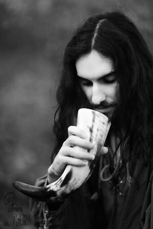 Aurion > son site ici : http://aurionmahariel.wix.com/modele  sa légende pour l'image :  'J'ai trinqué à ma solitude... je me laissais mourir. Mais j'ai décidé de revenir, après un long voyage, où mes pas furent aléatoires, je reviens, corne à la main. Plus de larmes... plus de pensées noires... Me revoilà.'  Copyright : Ambre de l'AlPe