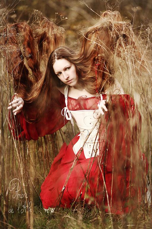 """Automne 2012. Deuxième jour du séjour express vers Paris : Ivy ... ses costumes et ses cheveux superbes <br /> <br /> Elle m'a dit souhaiter nommer la séance 'Into the Wild' (!) Comme quoi, même en Ile de France, je réussis à rester dans mon élément...<br /> <br /> Modèle : Ivy<br /> > sa page facebook ici : <a href=""""http://www.facebook.com/IvyMod.Aile"""">http://www.facebook.com/IvyMod.Aile</a><br /> <br /> Copyright : Ambre de l'AlPe"""