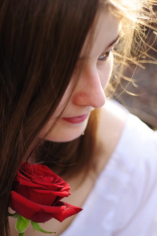 Elisa<br /> <br /> Princesse à la rose, seule au milieu des bois à la tombée du jour.<br /> <br /> Modèle : Elisa<br /> <br /> Copyright : Ambre de l'AlPe