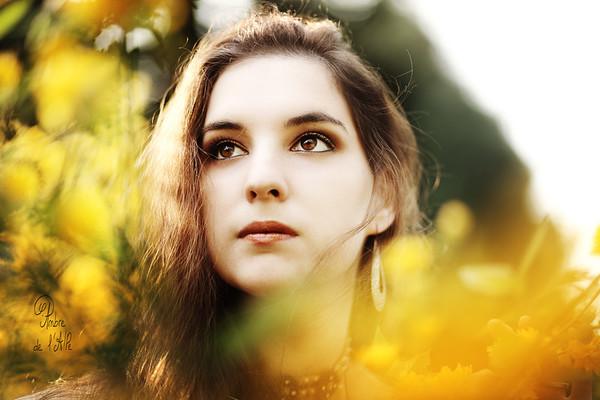 """Dans les fleurs! Au début du vrai printemps, avant que l'hiver ne revienne s'installer quelques temps..<br /> <br /> Modèle : Eloïse<br /> > sa page facebook ici : <a href=""""http://www.facebook.com/AriaAslinn"""">http://www.facebook.com/AriaAslinn</a><br /> <br /> Copyright : Ambre de l'AlPe"""